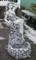 "Фонтан из бетона ""Девушка на камне"""
